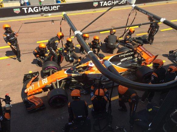 Button Monaco pit stop McLaren - https://twitter.com/McLarenF1/status/868813301211435009