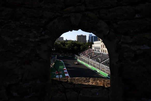 Baku town wall - FP2 - Renault https-::twitter.com:RenaultSportF1:status:878549544736260097