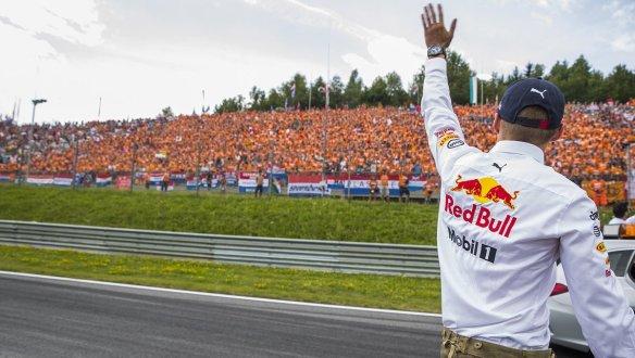Verstappen and his fans - https-::twitter.com:redbullracing:status:884040910987825152